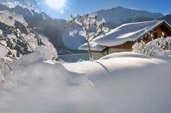 Chalet in de winterlandschap royalty-vrije stock afbeeldingen