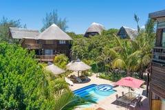 chalet del Cubrir con paja-tejado que pasa por alto la piscina Mozambique África imagen de archivo