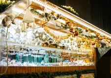Chalet del mercado de la Navidad con los juguetes y los recuerdos Foto de archivo