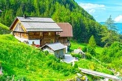 Chalet della montagna delle alpi in Italia fotografie stock