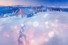 Chalet in den Bergen, Hintergrund mit irgendeinem Weiche hebt a hervor lizenzfreies stockfoto