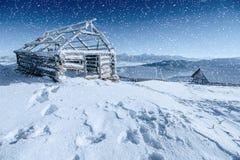 Chalet in den Bergen Karpaten, Ukraine, Europa Bokeh-ligh stockfotos