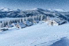 Chalet in den Bergen Karpaten, Ukraine, Europa Bokeh-ligh lizenzfreie stockbilder