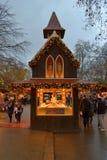 Chalet di legno che vende il mercato di Natale dei dolci Immagine Stock