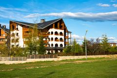Chalet di legno della scaletta alpina dell'hotel di Kempinski dentro Immagini Stock Libere da Diritti
