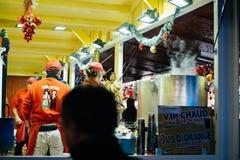 Chalet di Natale che vende alimento Fotografia Stock Libera da Diritti