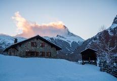 Chalet di pietra con il Cervino nei precedenti, nelle alpi svizzere Fotografia Stock Libera da Diritti