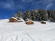 Chalet e case della montagna in mezzo alla neve alta in Th Immagini Stock