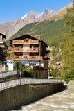 Chalet e fiume svizzeri tradizionali di Gornera in stazione turistica Zermatt Fotografie Stock Libere da Diritti