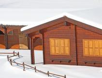 Chalet en bois de montagne dans les Alpes en Italie après chutes de neige Photographie stock libre de droits
