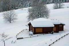 Chalet en bois de montagne dans les Alpes en Italie après chutes de neige lourdes Image stock