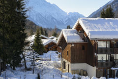 Chalet en bois de ski dans la neige, Mountain View Photo stock
