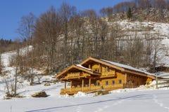 Chalet en bois en hiver Photos libres de droits