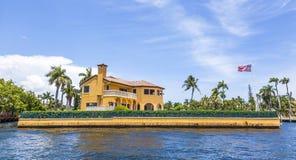 Chalet en el Fort Lauderdale visto del taxi del agua Foto de archivo