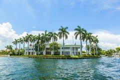 Chalet en el Fort Lauderdale visto del taxi del agua imagenes de archivo