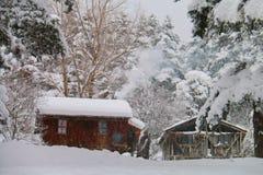 Chalet en el invierno - Abant - Bolu - Turquía Foto de archivo