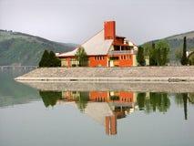 Chalet en el lago fotografía de archivo libre de regalías