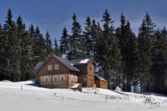 Chalet en hiver Photos stock