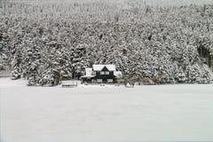 Chalet en hiver - Abant - Bolu - Turquie Images libres de droits