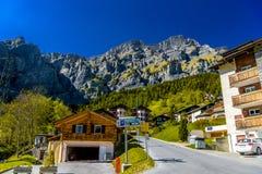 Chalet en hotels in Zwitsers dorp in Alpen, Leukerbad, Leuk, Vis royalty-vrije stock afbeeldingen
