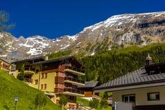Chalet en hotels in Zwitsers dorp in Alpen, Leukerbad, Leuk, Vis royalty-vrije stock fotografie