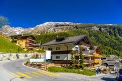 Chalet en hotels in Zwitsers dorp in Alpen, Leukerbad, Leuk, Vis stock fotografie
