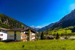 Chalet en hotels in Zwitsers dorp in Alpen, Leukerbad, Leuk, Vis stock foto's