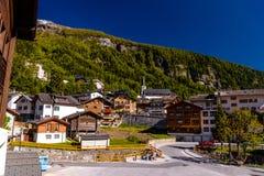 Chalet en hotels in Zwitsers dorp in Alpen, Leukerbad, Leuk, Vis stock afbeelding