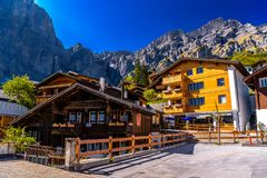 Chalet en hotels in Zwitsers dorp in Alpen, Leukerbad, Leuk, Vis royalty-vrije stock afbeelding