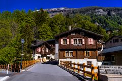 Chalet en hotels in Zwitsers dorp in Alpen, Leukerbad, Leuk, Vis royalty-vrije stock foto's