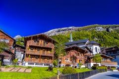 Chalet en hotels in Zwitsers dorp in Alpen, Leukerbad, Leuk, Vis stock foto