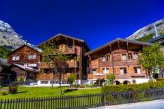 Chalet en hotels in Zwitsers dorp in Alpen, Leukerbad, Leuk, Vis stock afbeeldingen