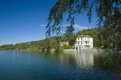 Chalet en la orilla del lago imagenes de archivo