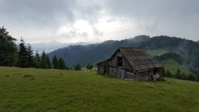 Chalet en las montañas de Rodnei imágenes de archivo libres de regalías