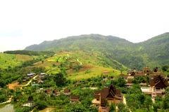 Chalet en valle de la montaña. Fotografía de archivo