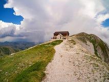 Chalet encima de la montaña fotografía de archivo