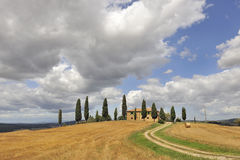 Chalet entre árboles de ciprés Imagen de archivo libre de regalías
