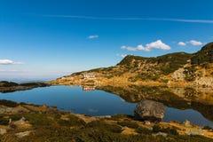 Chalet för sju sjöar och fisk sjön, Rila berg, Bulgari Arkivbild