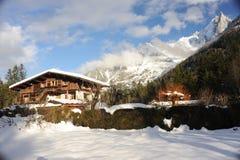 Chalet in Franse Alpen in Chamonix met een panorama van bergen die in sneeuw in de winter worden behandeld stock afbeeldingen