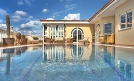 Chalet hermoso con la piscina Fotos de archivo libres de regalías