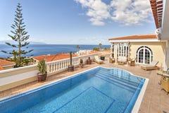 Chalet hermoso con la piscina Imagenes de archivo