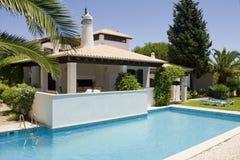Chalet hermoso con un jardín sano y una piscina Fotos de archivo libres de regalías