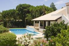 Chalet hermoso con un jardín y una piscina sanos Fotos de archivo libres de regalías