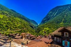 Chalet in het Zwitserse dorp van Alpen, Stalden, Staldenried, Visp, Wallis royalty-vrije stock foto's