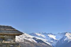 Chalet in hoogte sneeuwberg royalty-vrije stock fotografie