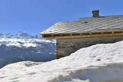 Chalet in hoogte sneeuwberg royalty-vrije stock afbeeldingen