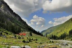 Chalet i bergdalen Royaltyfria Bilder