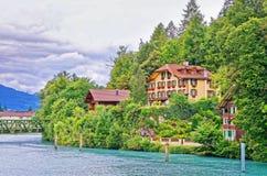Chalet i Interlaken och Brienz sjön av Bern Canton Switzerland Arkivfoton