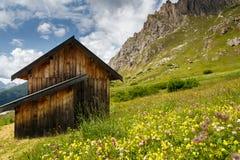 Chalet i Passo Pordoi, Dolomites, Italien Arkivbild