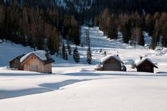 Chalet im Schnee - Dolomit lizenzfreie stockfotos